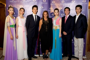 Vũ công của Shen Yun Seron Chau, Jialin Chen, Alex Chun, Christina Li, Tim Wu, Sebastien Chun cùng với mega-designer Donna Karan (ở giữa). Nhà văn Candace Bushnell and nữ tài tử Kelly Rutherford. Edward Chapman, giám đốc điều hành của Marchesa fashion house (bên phải). Emmy-award winning Fox 5 <i>News at 10</i> anchor Ernie Anastos (bên trái). <i>Chicken Soup for the Soul</i> author Wendy Diamond and former fashion model Pia-Maria Norris. Grace Meigher, <i>Quest Magazine</i> CEO Chris Meigher, Gail Rachlin from <i>Chinese Arts Revival</i>. Actress Nora Zehetner (left). Left to right: Supermodels Simone Kerr and Kathrin Werderitsch, Shen Yun Principal Dancer Tim Wu and other guests.