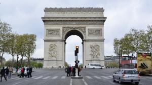 Triumfbågen på Champs-Élysées hedrar dem som kämpade och dog för Frankrike under den franska revolutionen och Napoleonkrigen. Under dess valv ligger den okände soldatens grav (första världskriget). (Annie Li) När vi gick vidare nedför Champs-Élysées kunde vi bara inte låta bli att ta ett foto på världens första Louis Vuitton. (Annie Li) Expeditionen fortsatte när vi, på jakt efter lunch, belönades med denna oförklarligt stora ugnsstekta anka. Med oförklarligt stor menar jag oförklarligt stor. Jag önskar att vi hade ett jämförande foto. (TK Kwok) Precis som den koreanska maträtten beondegi (kokt silkesmaskpuppa), som Ben Chen blev ställd inför i Sydkorea, så vållade dessa sniglar extremt obehag för vissa, men var besynnerligt ljuvliga för andra. (TK Kwok) Dansarna Jeremy Su och Brian Nieh framför Notre Dame. (TK Kwok) Notre Dame började byggas 1163 och är ett av de finaste exemplen på fransk gotisk arkitektur. (TK Kwok) Palais Garnier byggdes 1861-1875 för Parisoperan. (TK Kwok) Insidan av Palais Garnier är prydd med magnifika takfresker föreställande gudar från den grekiska mytologin. Detta är den stora foajén. (Jeff Sun) Sedan kom favoritplatsen under vårt äventyr i Paris – Louvren. (TK Kwok) Solistdansare Daoyong Zheng njuter av sevärdheterna i Paris. Får jag tillägga att hon ser riktigt inhemsk ut med sin ärtiga basker. (Annie Li) Det småkyliga vädret hindrade oss inte från att njuta av all den prakt som är Paris. Från vänster ses dansarna Ming Na, Ashley Wei, Cherie Zhou, Angela Xiao och Alison Chen posera för ett foto på Seine. (Annie Li) Naturligtvis skulle det inte vara en resa till Paris utan ett foto på Eiffeltornet (Annie Li)