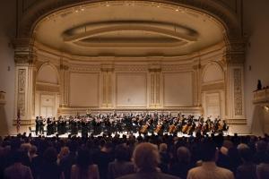 """Das Konzert des Shen Yun Symphony Orchestra begann mit der amerikanischen Nationalhymne The Star-Spangled Banner. Chia-jung Lee und Lana Kuscer führen das Rondo Brillant für zwei Flöten und Orchester, Op.102, von A.B. Fürstenau auf. Die Sopranistin Min Jiang singt """"Heavenly Secret"""", dirigiert von Leif Sundstrup. Der Tenor Tian Ge mit """"Hope of Returning Home"""", dirigiert von Milen Nachev. Soprano Haolan Geng tritt bei """"The Purpose of Life"""" mit dem Shen Yun Symphony Orchestra unter der Leitung des Dirigenten Milen Nachev auf. Die Trompeter (v.l.) Kaspar Märtig, Eric Robins und Alexander Wilson führen Bugler's Holiday von Leroy Anderson, dirigiert von Yohei Sato, auf. Dirigent Milen Nachev und das Shen Yun Symphony Orchestra nach der Aufführung von Pjotr Iljitsch Tchaikowskis lebendiger Polonaise aus Eugene Onegin. Sowohl das nachmittags- als auch das Abendkonzert schlossen mit vier Zugaben und langanhaltenden stehenden Ovationen."""