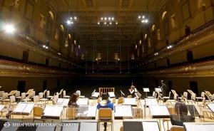 Shen Yun symphony orchestra musicians pre Les musiciens du Shen Yun symphony orchestra préparent une répétition au Symphony Hall à Boston, le 4 octobre. Le premier violon, Astrid Martig, se prépare pour les séances au Boston Symphony Hall, le 4 octobre. Les clarinettistes Yuen-suo (à gauche) et Yevgeniy Reznik, avant le premier concert de la saison à Boston, le 4 octobre. La section cuivre répète au Symphony Hall de Boston, le 4 octobre. L'Orchestre symphonique au complet en répétition le matin du concert à Boston, le 4 octobre. Maintenant au Carnegie Hall de New York, Juraj Kukan, le contrebassiste de Shen Yun, se prépare pour les deux séances, le 11 octobre. Jouant de l'ancien Pipa, connu aussi sous le nom de luth chinois, Yu-Ju Chen se prépare pour le concert au Carnegie Hall. La soliste du erhu, Xiaochun Qi au Carnegie Hall pour la troisième fois depuis 2012 avec Shen Yun.