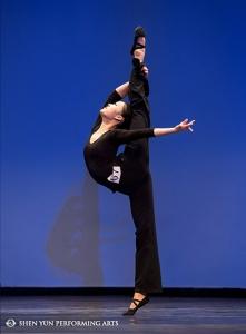 神韵领舞演员王君竹在全世界中国舞大赛上展示古典舞技巧。 2012年大赛冠军,神韵领舞演员蔡翘楚在颁奖典礼上表演技巧组合。 获得少年女子组三等奖的神韵演员周玺知在大赛上表演技巧组合。 青年女子组金奖获得者,神韵领舞演员周晓在大赛上表演技巧组合。 2010年大赛冠军,神韵领舞演员李伯健在颁奖典礼上展示古典舞技巧。 获得少年男子组第三名的陈柏维正在表演剧目《垓下之围》。 青年男子组冠军,神韵领舞演员黄景洲表演剧目《月下独酌》。 青年男子组优秀奖获得者孙弘威正在表演剧目《励精图治》。 少年女子组金奖获得者Eden Zhu在大赛上表演古典舞剧目。 少年女子组金奖获得者Eden Zhu在大赛上表演古典舞剧目。 神韵领舞演员,青年女子组冠军周晓表演剧目《女娲补天》。 神韵领舞演员,青年男子组亚军陈俊丞表演剧目《起舞弄清影》。 少年男子组金奖获得者李宇轩表演剧目《故国神游》。 神韵领舞演员,青年女子组金奖获得者陈佳伶表演剧目《女则》。 青年女子组季军,神韵领舞演员陈超慧正在表演古典舞剧目。 青年男子组第三名,神韵领舞演员孙赞表演舞蹈剧目《武松打虎》。 神韵舞蹈演员郭芷贝(右)和刘心怡在大赛上表演古典舞剧目。 神韵舞蹈演员,青年女子组优秀奖获得者李可欣在颁奖典礼上展示古典舞技巧。 全世界中国舞大选决赛选手们在翠柏克舞台上向观众致意。 往届大赛冠军在颁奖典礼上表演古典舞技巧组合。