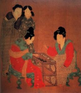 Dipinto della dinastia Tang: Due donne giocano a un gioco mentre altre due guardano. Le sete colorate e le elaborate acconciature delle donne sedute sono un indice del loro rango elevato. In confronto, le ancelle sul retro indossano abiti semplici e portano acconciature semplici. Pittura della prima dinastia Shu: una rappresentazione di dame di corte del pittore Tang Yin (1470-1524). Da notare le elaborate decorazioni sui capelli delle signore, in paragone con gli stili più modesti dei loro servitori. Erano probabilmente donne sposate di una famiglia di grandi dimensioni. Di Fei Danxu, pittore della dinastia Qing: una fanciulla contempla un paio di braccialetti nelle sue mani. Una parte dei capelli sono raccolti in bobine in cima alla testa, l'altra è ben legata indietro alla base del collo. Questo stile mostra il collo e la fronte, considerati belli da vedere secondo gli antichi ideali cinesi. Giovani donne si divertono in un cortile alla moda. Delicate forcine, chiamate buyao, erano decorazioni popolari. Questi accessori pendenti per capelli erano fatti di vari materiali e pietre preziose, che ondeggiavano ad ogni passo, mostrando una bella immagine di poetica grazia. Una nobildonna della dinastia Tang con una delle acconciature dell'epoca. Dignitose, grandiose e regali, le donne Tang (e i loro servitori) portarono la moda a nuovi livelli durante il loro regno.