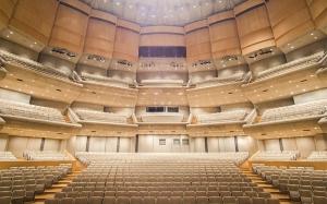 Am 3. Oktober begann das Shen Yun Symphony Orchestra seine Konzerttournee 2015 in der Roy Thompson Hall von Toronto. Nach dem Aufbau war es Zeit für die Proben. Dirigent Milen Nachev leitet die Proben. Die Violinsolistin Fiona Zheng probt ihren Auftritt von Sarasates Zigeunerweisen. Der Percussionist Brian Marple. Die Harfenistin Shaoyi Deng. Die Kontrabassisten Yu Deng (links) und Juraj Kukan. Eric Robins spielt sich auf seiner Trompete ein. Die Bühne ist aufgebaut und bereit für die Premiere. Von Toronto ging es in den US-Bundesstaat Vermont. Im Flynn Center for the Performing Arts in Burlington hält Dirigent Milen Nachev am 4. Oktober vor der Probe eine kurze Ansprache. Die Ersten Geigen proben eine Stelle mit intensivem Pizzicato (Zupfen). Eric Robins nutzt die Gelegenheit und spielt sich auf der leeren Bühne ein. Kontrabassist Wei Liu und Geiger James Hwang unterhalten sich vor dem Einspielen. Der Cellist Yong Deng vertieft sich in die Musik. Piccolospielerin Ying Chen stimmt ihr Instrument nach dem A des Oboisten Yang Sheng. Endlich Showtime! (Freundlicherweise zur Verfügung gestellt von The Epoch Times) Und jetzt sind wir in der Carnegie Hall angekommen. Bassist Wei Liu geht voran auf dem Weg zur Bühnentür. Hinter der Bühne der Carnegie Hall am 10. Oktober. Das Orchester spielt sich vor dem Nachmittagskonzert ein. Von links: Arsen Ketikyan, Kaspar Märtig, Eric Robins und Stepan Khalatyan. Armenische Mitglieder des Shen Yun Symphony Orchestra: Links Karen Khachatryan und Stepan Khalatyan. Der Erste Klarinettist Yevgeniy Reznik wechselt zwischen der Nachmittags- und der Abendvorführung das Blättchen aus. Von New York führt uns der Weg in die Hauptstadt und die Kennedy Center Concert Hall, wo Jimmy Geiger (links) und Eric Robins zusammen spielen. Der Hornspieler Georgi Boev und Juraj Kukan hinter der Bühne. Der Fagottist Jan Urbanowicz ist einsatzbereit! Großartiger Blick von der Terrasse des Kennedy Center auf den Sonnenuntergang über dem Potomac River, kurz be