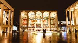 神韻ニューヨーク芸術団は、ニューヨークのリンカーン・センターでの初演のために準備してきた[撮影:ダンサー、ナンシー・ワン(王項楠)] リンカーン・センターのデビッド・H・コーク劇場の内装。1月14日~17日の5回公演を見逃してしまった方のために、3月にもニューヨークに戻ってくる(写真:ダンサー、フィリックス・スン) リンカーン・センターで準備するプリンシパル・ダンサーのピオトル・ホワン(黄景州)[撮影:ダンサー、小林健司] 米アトランタでの公演前にコブエネルギー舞台芸術センターの外でポーズをとる神韻巡回芸術団の女性団員たち(撮影:ヘレン・リー) アトランタ公演の前にウォーミングアップするダンサー(撮影:ヘレン・リー) デトロイト・オペラハウスの最上階にあるスタジオでレッスンする神韻巡演芸術団。(左から)車星鎬(チャ・ソンホ)、ダニエル・ジャン、アラン・リー(撮影:ダンサー、ピエール・ホワン) ホテルの外のビーチを背後に、午前7時に劇場に向かう神韻国際芸術団の設置チーム(撮影:プロジェクター担当、アニー・リー) 浜辺で凍える打楽器奏者ティファニー・ユ(撮影:プロジェクター担当、アニー・リー) フロリダ州メルボルンにある舞台芸術のためのキングセンター付近で見た月。神韻国際芸術団が同劇場で公演(撮影:プロジェクター担当、アニー・リー) フロリダ州メルボルンで(撮影:プロジェクター担当、アニー・リー) 神韻国際芸術団はフロリダ州セントピーターズバーグで公演(撮影:プロジェクター担当、アニー・リー) ニューヨークからラスベガスに向かう長距離をバスで移動中に撮った写真(撮影:小林健司) 舞台芸術のためのスミス・センターへの長距離の旅に向かう神韻ニューヨーク芸術団(撮影:小林健司) 小林健司(撮影:ティム・ラム) ようやくラスベガスに到着!(撮影:小林健司) ラスベガス内の水面に雲のようにかかるドライアイス(ドライアイスの中で呼吸する方法については、ミシェル・ウーがブログを出したところだ)[撮影:ダンサー、ナンシー・ワン] シーザーズ・パレスを背景にした噴水[撮影:ダンサー、ナンシー・ワン(王項楠)] そしてパリ…実はラスベガスの夜(撮影:ダンサー、フィリックス・スン) 滝の前で跳躍するプリンシパル・ダンサー、メロディ・チン(秦歌)。『西遊記』で滝壺に飛び込み、水簾洞という住み処をみつけることで猿の王座に就いた孫悟空を思わせる[撮影:ナンシー・ワン(王項楠)] バンクーバーのクイーン・エリザベス・シアターでリハーサルを見守る制作マネージャーのスカイ・リュウ(劉天軼) ヘルメットカメラで何を写し取るのだろう。プリンシパル・ダンサー、リリー・ワン(王君竹) バンクーバー公演の準備に励むプリンシパル・ダンサー、ジェイソン・パン(撮影:ソンタオ・フェン) 搬入日のクイーン・エリザベス・シアターでのサウンドチェック。指揮者ミレン・ナシェフだけでなく、打楽器奏者のブライアン・マープルも見つけられるかな?(撮影:ダンサー、ソンタオ・フェン) クイーン・エリザベス・シアターの内装(撮影:ダンサー、ジョー・ホワン) バンクーバーのクイーン・エリザベス・シアターのロビー。神韻世界芸術団が週末に公演した会場(撮影:ダンサー、ジュン・リアン) ノースキャロライナのローリーで、凍てつく雨と5センチの積雪に見舞われた神韻国際芸術団。街全体が閉鎖される寸前だった(撮影:プロジェックター担当、アニー・リー) バスも寒そう(撮影:プロジェックター担当、アニー・リー) ダンスの動作についてもう一人のダンサーと向上しあう、プリンシパル・ダンサーのマドレーヌ・ロブジョワ(陳美容)。ボストン・オペラハウスでの公演前に ボストン公演の主催者からのお礼のメッセージ ボストンのホテルで神韻巡回芸術団の3名のダンサーがストレッチの準備。 1月23日、ボストン・オペラハウスでの午後の公演の前にウォーミングアップする、プリンシパル・ダンサー、呉凱迪(ウー・カイディ) 1月23日、ボストン・オペラハウスでの土曜日の2公演の合間にポーズをとる神韻巡回芸術団