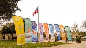 カリフォルニアでは神韻ニューヨーク芸術団がサンディエゴ北部のエスコンディードで公演。劇場外のオレンジの樹木の間を散策するダンサーたち[撮影:ダンサー、ナンシー・ワン(王項楠)]