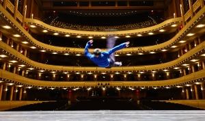 Tänzer Felix Sun von der Shen Yun New York Company beim Vorbeiflug vor einer Show.