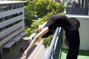 Teil des täglichen Rituals eines Tänzers: Nach dem Aufstehen die Brustwirbel knacken lassen. (Foto: Tänzerin Chunko Chang)