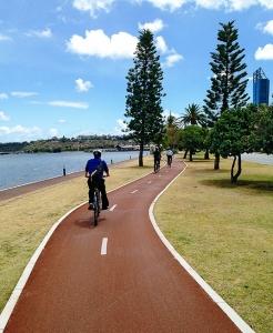 Dieser Teil von Perth ist perfekt für diejenigen, die Outdoor-Aktivitäten lieben. Schon um 5.00 Uhr morgens sind die Jogging- und Radwege voller Menschen, die früh trainieren möchten. (Foto: Tänzer Songtao Feng)