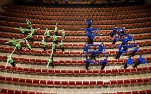 Am Oncenter Crouse Hinds Theater in Syracuse, New York, stellen Tänzer der Shen Yun International Company die chinesischen Schriftzeichen für Shen Yun (神韻) dar. (Foto: Annie Li, Bühnenprojektion)