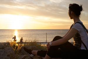 Tänzerin Stephanie Guo genießt den westaustralischen Sonnenuntergang. (Foto:Tänzerin Chunko Chang)