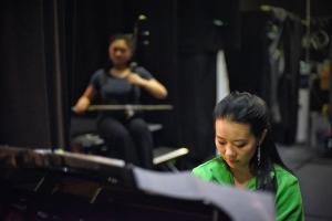 Pianistin Huichen Chen probt mit Erhu-Solistin Linda Wang hinter der Bühne des Regal Theatre in Perth, Australien, wo die Shen Yun World Company neun Shows aufführte. (Foto: Tänzerin Lily Wang)