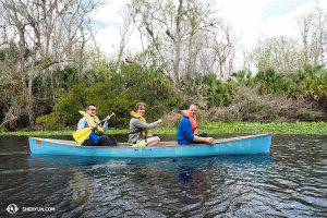 Dans la jungle d'Orlando, en Floride, le clarinettiste Yevgeniy Reznik, l'ingénieur du son Jacob Wallenberg et le bassiste Juraj Kukan de la Shen Yun New York Company partent pour une visite touristique de trois heures. (Photo par le musicien Wesley Zhou)