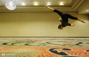 Olivia Chang z Shen Yun International Company nie wchodzi do sali ćwiczeń tańcząc walca, ona do niej wskakuje. Zdjęcie wykonano w Louisville, Kentucky. (fot. tancerka Diana Tang)
