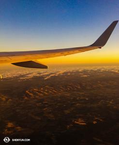 …w samą porę by uchwycić zachód słońca w drodze do Auckland. (fot. tancerka Lily Wang)