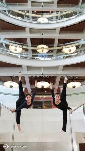 W Orlando, tancerki Michelle Lian i Kathy Wu pozują na stopniach Alexis & Jim Pugh Theater, który znajduje się w Centrum Sztuk Pięknych im. dr. Phillipsa, gdzie w tym roku wystąpiło Shen Yun New York Company. (fot. tancerka Nancy Wang)