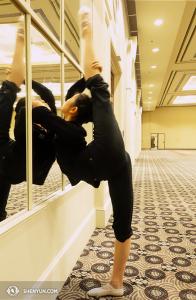 La danseuse Angelina Liu de la Shen Yun International Company s'échauffe avant de faire un exercice exigeant une grande flexibilité à Louisville, Kentucky. (Photo par la danseuse Diana Tang)