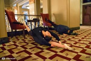 Tancerki Angelina Liu i Chelsea Cai rozciągają się - wyglądają dosłownie jakby spały. (fot. Annie Li)