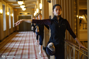 Dancer Linjie Huang and others having class before the performance. (photo by Annie Li)