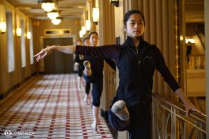 Tancerka Linjie Huang i inne tancerki podczas lekcji przed występem. (fot. Annie Li)