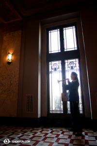 Maria Han przed występem w Peabody Opera House in St Louis ćwiczy grę na suonie. (fot. Annie Li)