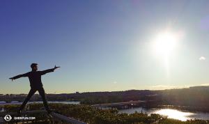 舞蹈演員李宇軒在首都肯尼迪中心的頂樓俯瞰波托馬克河。(攝影:舞蹈演員Felix Sun)