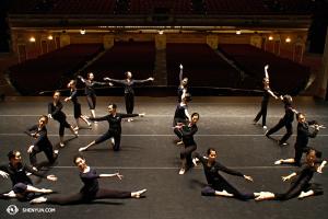 神韻國際藝術團即將出國了。現在她們在明尼阿波利斯的舞台上,告訴你下一站將去哪裏。(攝影:天幕放映師Annie Li)