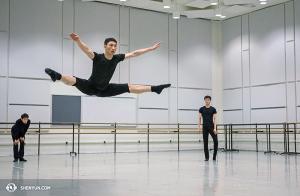 領舞演員王旋正在熱身,彼時神韻紐約藝術團正在肯尼迪中心上演七場演出。(攝影:舞蹈演員小林健司)