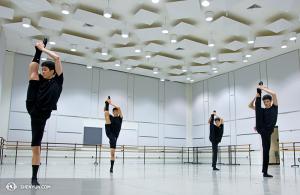 Tancerze z New York Company przygotowują siędo wystąpienia w Waszyngtonie, w Kennedy Center.  (fot. tancerz  Kenji Kobayashi)