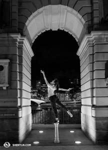 Następny przystanek - Brisbane, Australia, gdzie tancerka Stephanie Guo pozuje na brzegu rzeki. (fot. tancerka Lily Wang)