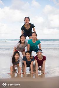 Z Brisbane na Złote Wybrzeże. Plaża, jedna z najpiękniejszych na świecie jest miejscem obowiązkowym na trasie Azja-Pacyfik. Dzień na plaży był środkowym dniem na trasie Shen Yun World Company - 60 przedstawień przed nami! (fot. tancerka Stephanie Guo)