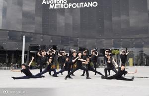 Tancerze Shen Yun Touring Company przed Metropolitan Auditorium w Puebla, Meksyk. (fot. tancerz Piotr Huang)
