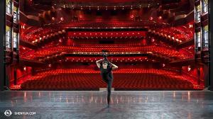 Do góry nogami, Shen Yun World Company zwija się po zakończonych występach w State Theatre w Melbourne. Tancerz Joe Huang.