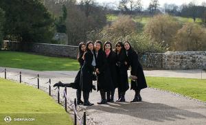 Od lewej: tancerka Linjie Huang, Diana Teng, Daoyong Zheng, Miranda Zhou-Galati, Olivia Chang i Connie Kuang delektują się czasem wolnym w cudownym Leeds Castle. (fot. kinooperatorka Annie Li)