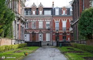 Podczas podróży po północnej Francji znaleźli we Roubaix budynki w stylu flamandzkim. Oraz koguta. (fot. kinooperatorka Annie Li)