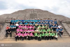 Shen Yun Touring Company zebrało się do kolorowego zdjęcia grupowego.