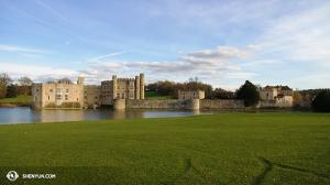 Z tamtąd International Company kieruje się do Anglii po drodze zahaczając o zabytkową Leeds Castle… (Henryk V, Henryk VIII, Ryszard II…). (fot. kinooperatorka Annie Li)