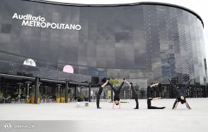 Czy ci tancerze są podekscytowani podróżowaniem? Oto stoją przed Metropolitan Auditorium, na rogu Sirio i Pléyades w Puebla, Meksyk. (fot. tancerz Piotr Huang)