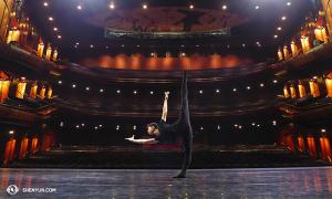 Konečná zastávka vAustrálii – Lyric Theatre vSydney. Tanečník Joe Huang trénuje na jevišti. (fotil tanečník Songtao Feng)