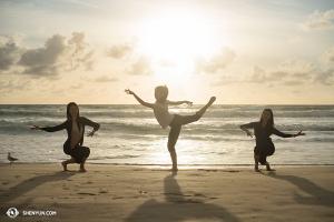 """""""Mořské víly"""" na souši. Zleva: tanečnice Yoriya Kikukawa, Claudia Yang a Emily Lin. (vyfotila tanečnice Stephanie Guo)"""