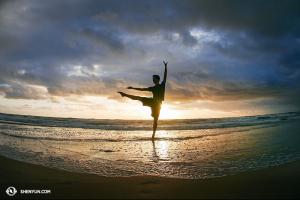Tancerz Yuan Ming wstał o 5:00 by zdążyć na wschód słońca.  (fot. tancerz Ben Chen)