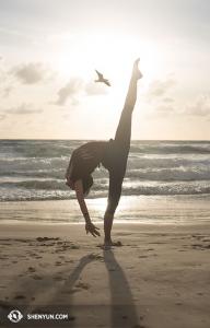 """Tanečnice Emily Pan provádí pohyb klasického čínského tance """"nakopávání divoké husy""""(踹雁). Racek zůstal nezraněn… (vyfotila tanečnice Stephanie Guo)"""