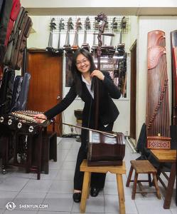 Shen Yun World Company anlände till Taiwan efter sex veckor i Australien. Erhusolisten Linda Wang passade på att provspela en baserhu i en kinesisk musikaffär i Taipei. (Foto av suonamusikern Stella Yu)