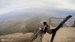 Di luar Barcelona, Shen Yun International Company mencapai puncak tertinggi pada pemandangan dari gunung Montserrat. Dancer: Chunqiao Cai. (Foto oleh proyektor Annie Li)