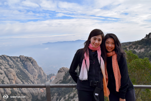 Hoofddanseressen Miranda Zhou-Galati en Daoyong Zheng poseren voor het adembenemende uitzicht op 975 meter hoogte. (foto door Diana Teng)