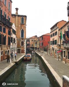 Výhled z jednoho ze 409 benátských mostů. (fotila Annie Li)
