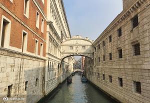 """Slavný """"most vzdechů"""". Je pojmenován kvůli své smutné historii: vězni byli souzeni v Dóžecím paláci (vlevo) a po mostě přešli na popravu (vpravo). (fotila Annie Li)"""