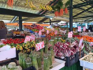 Čerstvé zboží na tržnici Rialto. (fotila Annie Li)