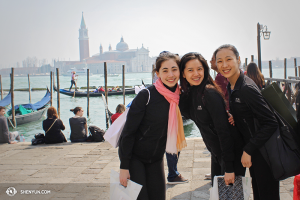 À partir de la gauche, les danseuses Miranda Zhou-Galati, Diana Teng et Chelsea Cai à Venise. (Photo Olivia Chang).