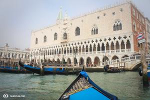 Ve volném dni v Itálii navštívila Shen Yun International Company Benátky. S tímto nemá Las Vegas nic společného. Dóžecí palác. (fotila Olivia Chang)
