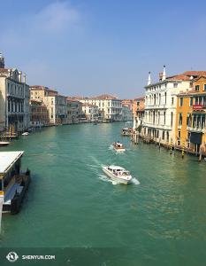 Dzielnica Wenecji Dorsoduro widziana z mostu Ponte dell'Accademia. (fot. kinooperatorka Annie Li)